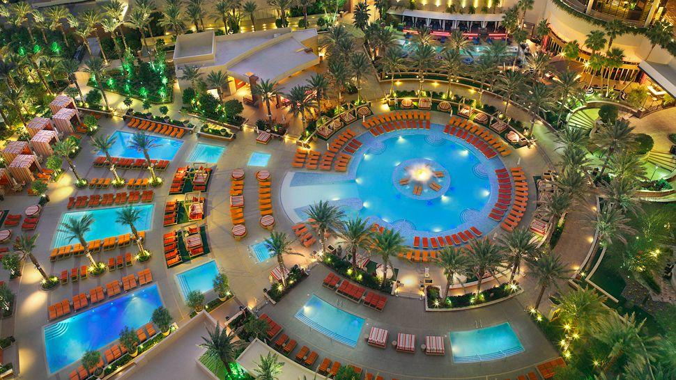 006790-07-pool-lounge