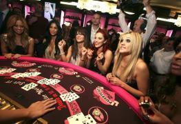 Výhody hry u hlučných blackjackových stolů