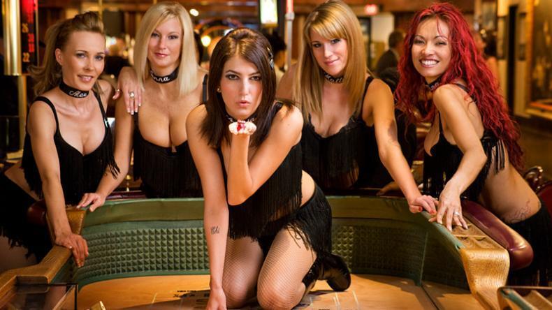 Tanec v casinu: Live dealeři to roztočili u blackjackových stolů