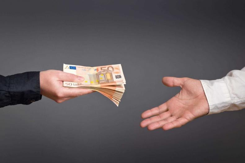 Rakeback je podíl peněz, které protočíte v online pokerové herně nebo v kasinu, a které vám podnik vrátí zpět na účet v podobě bonusu nebo odměny.